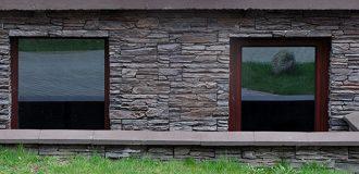 Pince és alagsori ablakok különböző anyagokból Gyakran alábecsülik, de ennélfogva nem kevésbé fontosak: az alagsori ablak!Akár hobbi szoba, mosókonyha vagy tárolóhelyiség - az alagsori szobák egyre fontosabbá válnak. Ahol a múltban csak egy pinceablak tengelye volt egy kicsi, huzatlan acélablakkal, ma már használható vagy akár lakótér jön létre. A kellemes beltéri klíma és a jó hőszigetelés érdekében ezért elengedhetetlen a meglévő alagsori ablakok lezárása. Ha biztonságban akar lenni, akkor cseréli a régi alagsori ablakokat, és modern műanyag ablakokat használ kettős üvegezéssel. Annak biztosítása érdekében, hogy telepítéskor ne legyen csúnya meglepetés, konfigurálhatja az egyes alagsori ablakokat a fensterblick.de webhelyen történő méréshez. Kiegészítő felszerelésekre, például zárható fogantyúkra a jobb betörés elleni védelem érdekében egyszerűen rákattintanak, hogy végül pontosan megkapja a szükséges alagsori ablakot.